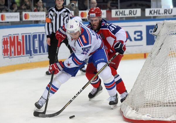 Форварды СКА Илья Каблуков (слева) и ЦСКА Грег Скотт
