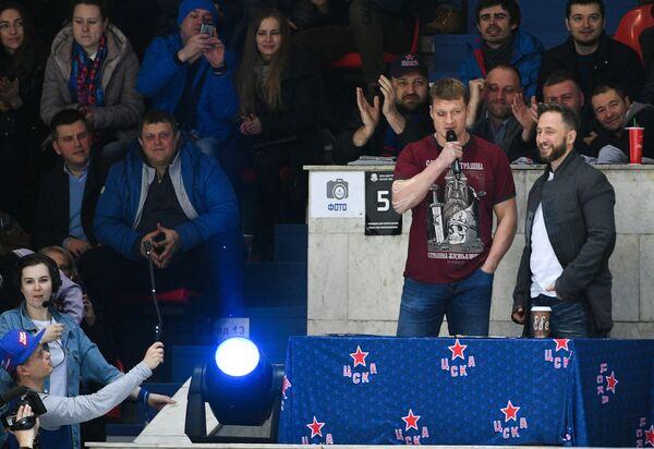 Боксер Александр Поветкин (слева)