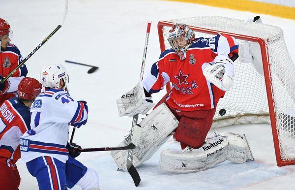 Вратарь ПХК ЦСКА Илья Сорокин (справа)