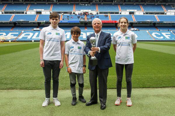 Вице-президент Real Madrid Foundation Энрике Санчес вместе с детьми
