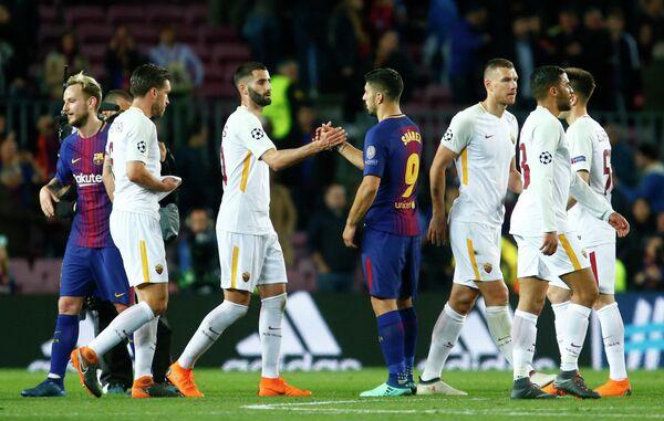 Футболисты Барселоны и Ромы после окончания матча