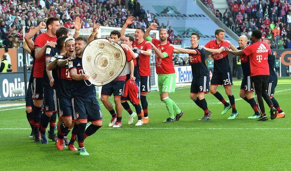 Футболисты мюнхенской Баварии радуются победе в чемпионате Германии