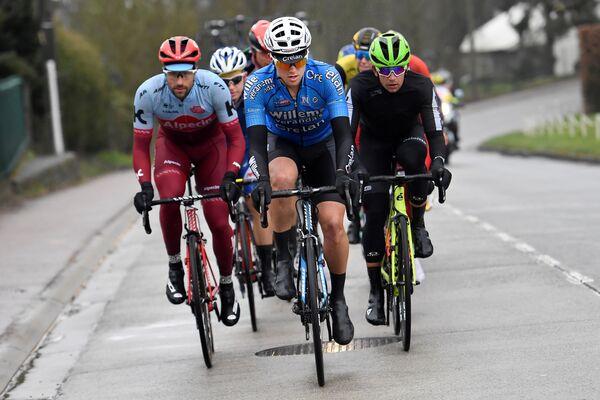 Бельгийский велогонщик Михаэл Голартс (в центре)