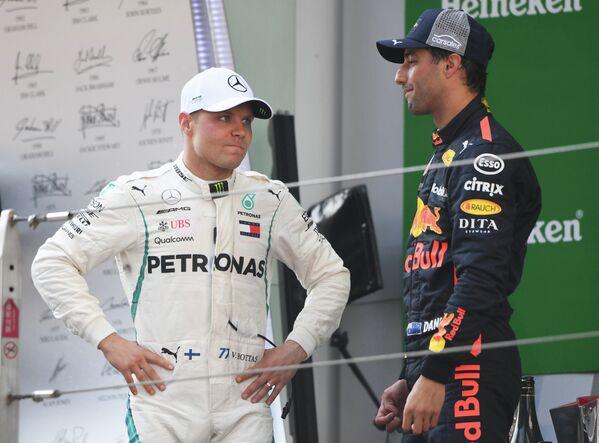 Пилот Мерседеса Вальттери Боттас (слева) и пилот Ред Булл Дэниел Риккьярдо