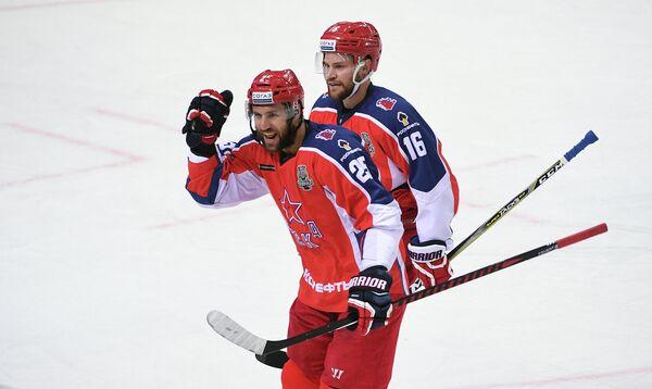 Хоккеисты ЦСКА Джефф Плэтт (справа) и Владимир Жарков радуются заброшенной шайбе