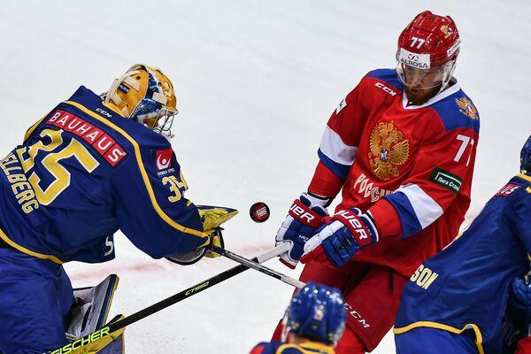 Вратарь сборной Швеции Магнус Хелльберг и зашитник сборной России Антон Белов (справа)