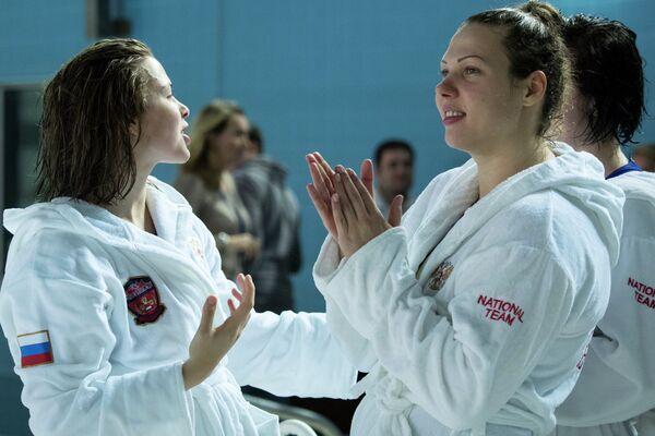 Ватерполистки сборной России Анастасия Симанович и Ксения Кример (справа)