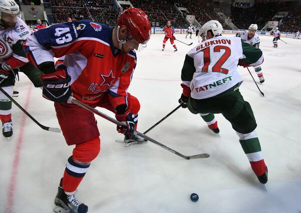 Игрок ПХК ЦСКА Валерий Ничушкин (слева) и игрок ХК Ак Барс Михаил Глухов