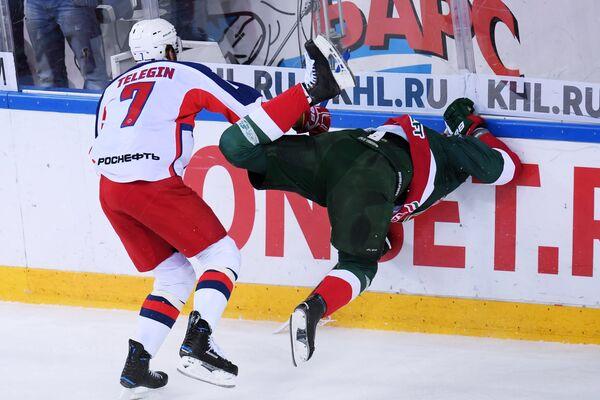Нападающий Ак Барса Александр Свитов и форвард ПХК ЦСКА Иван Телегин (слева)