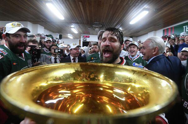 Хоккеисты Ак Барса Данис Зарипов, Александр Свитов и главный тренер ХК Ак Барс  Зинэтула Билялетдинов (слева направо)
