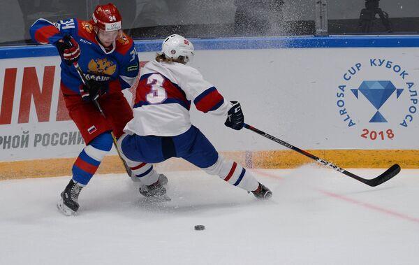 Нападающий олимпийской сборной России Артём Ильенко (слева)
