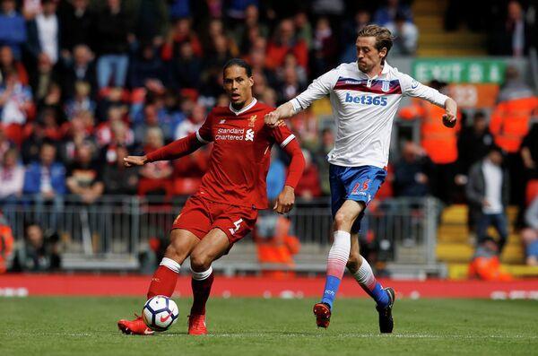 Защитник Ливерпуля Виргил ван Дейк и форвард Стока Питер Крауч (слева направо)