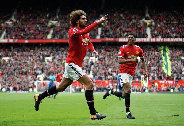 Футболисты Манчестер Юнайтед Маруан Феллайни и Маркус Рэшфорд радуются забитому мячу