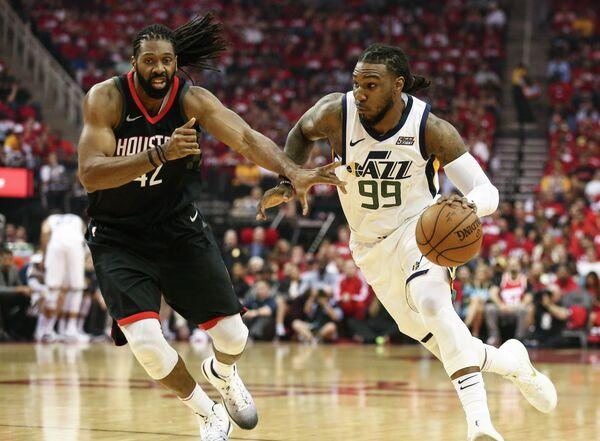 Форварды клубов НБА Хьюстон Рокетс Нене и Юты Джаз Джей Карудер (слева направо)