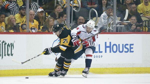 Нападающий клуба НХЛ Питтсбург Пингвинз Евгений Малкин и защитник Вашингтон Кэпиталз Дмитрий Орлов (слева направо)