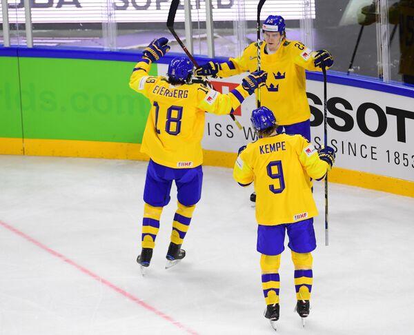 Хоккеисты сборной Швеции Деннис Эверберг, Лиас Андерссон и Адриан Кемпе (слева направо)