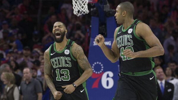 Баскетболисты Бостон Селтикс Маркус Моррис (слева) и Эл Хорфорд