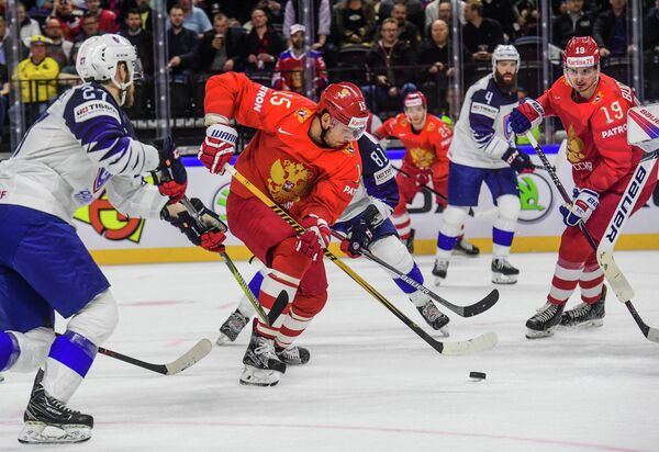 Нападающий сборной России по хоккею Артем Анисимов (в центре)