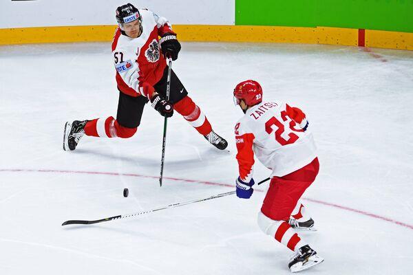 Нападающий сборной Австрии Даниэль Вогер (слева) и защитник сборной России Никита Зайцев