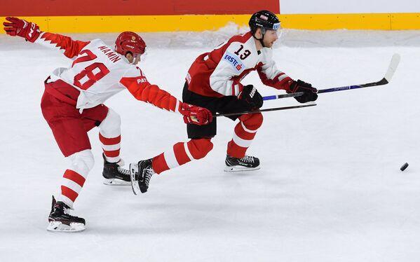 Нападающие сборной Австрии Патрик Обрист (справа) и сборной России Максим Мамин