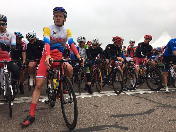 Российский велогонщик Андрей Простокишин (на первом плане)