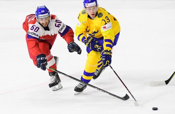 Защитник сборной Чехии Михал Моравчик (слева) и форвард сборной Швеции Маттиас Янмарк
