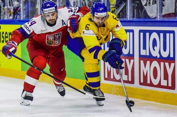 Форвард сборной Чехии Томаш Плеканец (слева) и защитник сборной Швеции Микаэль Викстранд