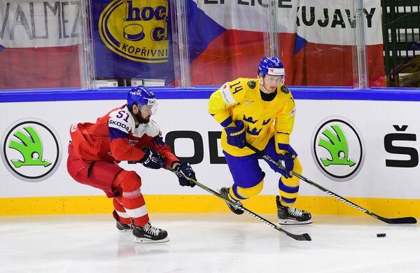 Форвард сборной Чехии Роман Горак (слева) инападающий сборной Швеции Густав Нюквист