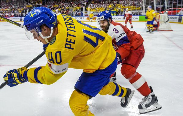 Форвард сборной Швеции Элиас Петтерссон (слева) и защитник сборной Чехии Радко Гудас