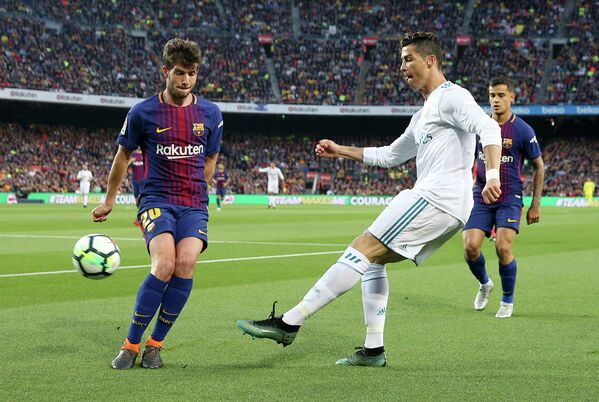 Защитник Барселоны Серхи Роберто, форвард Реала Криштиану Роналду и полузащитник Барселоны Филиппе Коутиньо (слева направо)