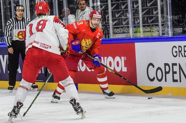 Нападающий сборной России Павел Дацюк (справа) и защитник сборной Белоруссии Кристиан Хенкель