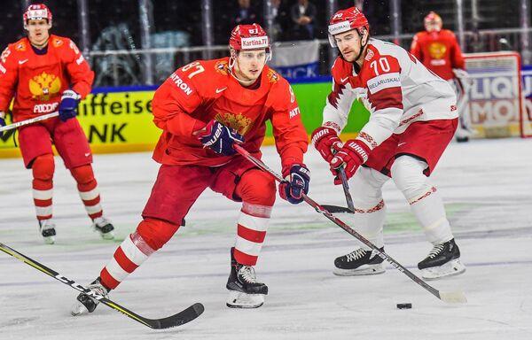 Нападающий сборной России Максим Шалунов (в центре)