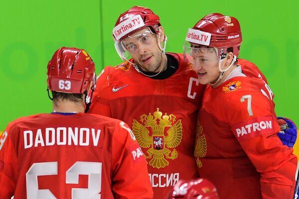 Хоккеисты сборной России Евгений Дадонов, Павел Дацюк и Кирилл Капризов (слева направо) радуются заброшенной шайбе