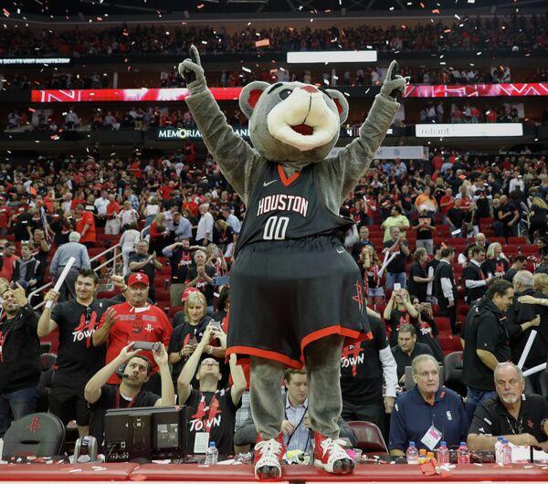 Маскот Хьюстон Рокетс Клач радуется выходу команды в полуфинал плей-офф НБА