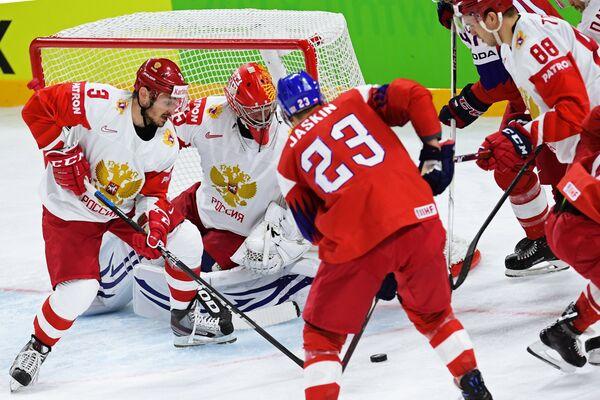 Вратарь сборной России Василий Кошечкин (в центре)