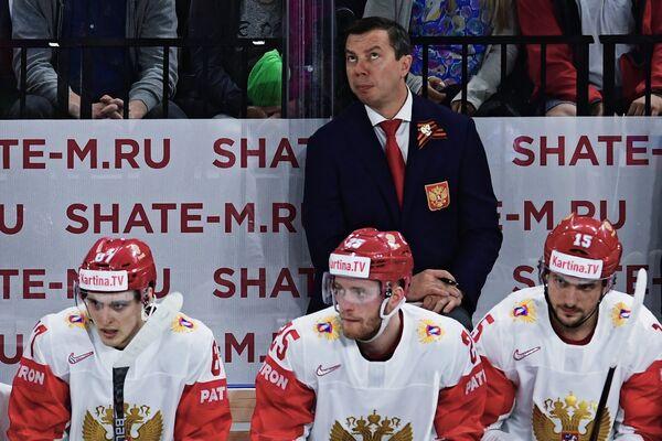 Исполняющий обязанности главного тренера сборной России Илья Воробьев (второй справа)