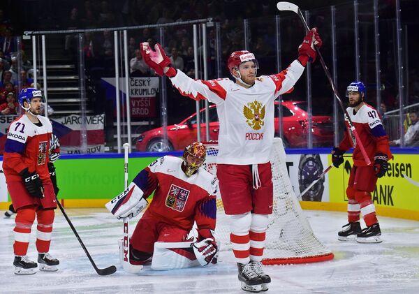 Форвард сборной России Михаил Григоренко (второй справа)