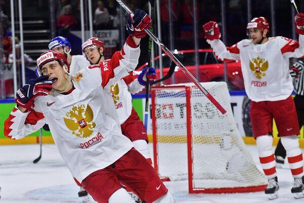 Форвард сборной России Максим Шалунов (слева)