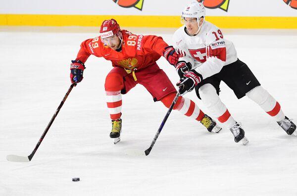 Защитник сборной России Никита Нестеров (слева) и форвард сборной Швейцарии Рето Шеппи