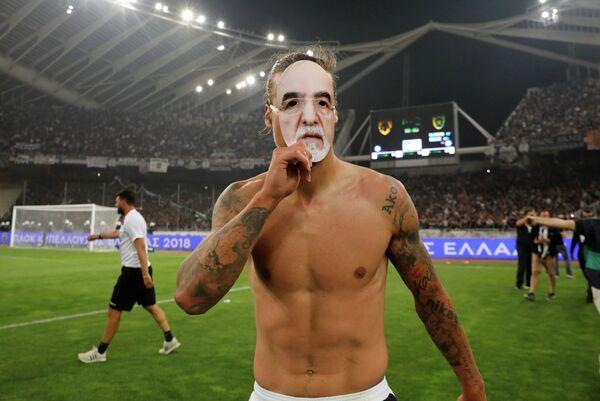 Нападающий греческого ПАОКа Александар Прийович в маске с лицом Ивана Саввиди