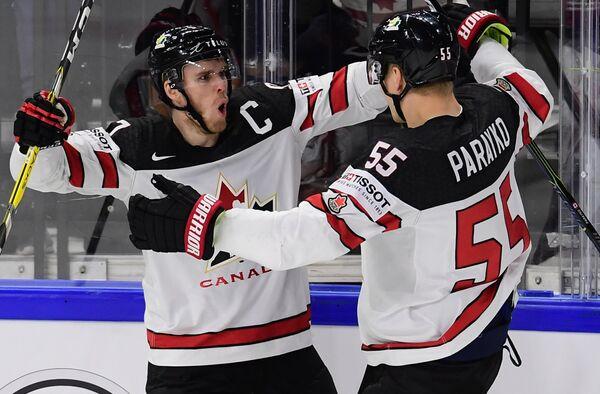 Хоккеисты сборной Канады Коннор Макдэвид (слева) и Колтон Парайко радуются заброшенной шайбе