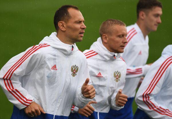 Игроки сборной России по футболу Сергей Игнашевич (слева) и Игорь Смольников на тренировке