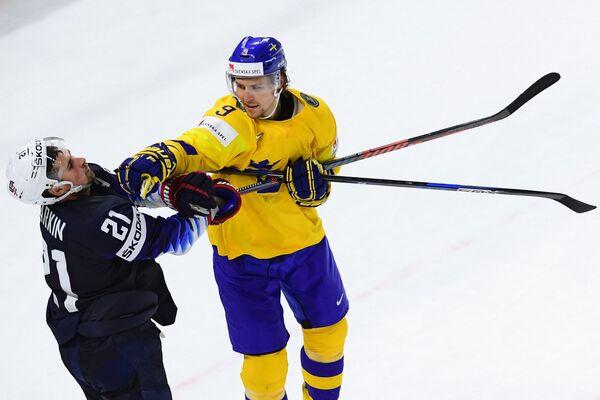 Нападающие сборной США Дилан Ларкин (слева) и сборной Швеции Адриан Кемпе