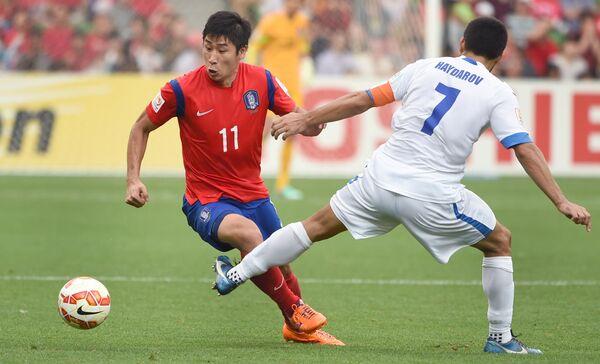 Нападающий сборной Южной Корее по футболу Ли Гынхо (слева)