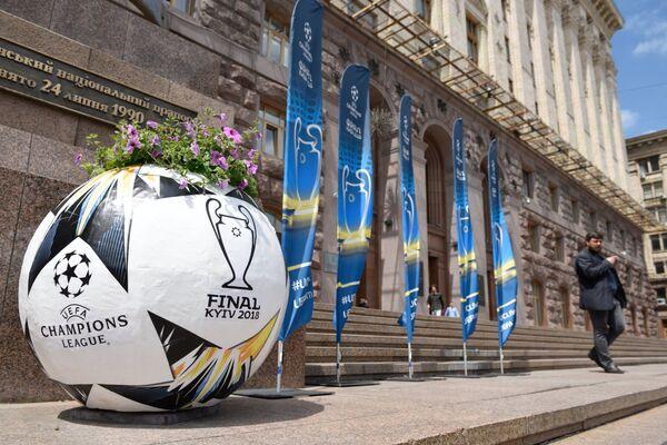 Клумба в виде официального мяча Лиги чемпионов УЕФА 2018