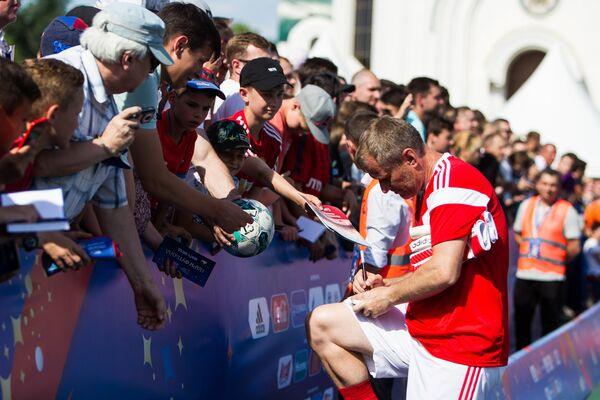 Футболист Андрей Федьков раздает автографы