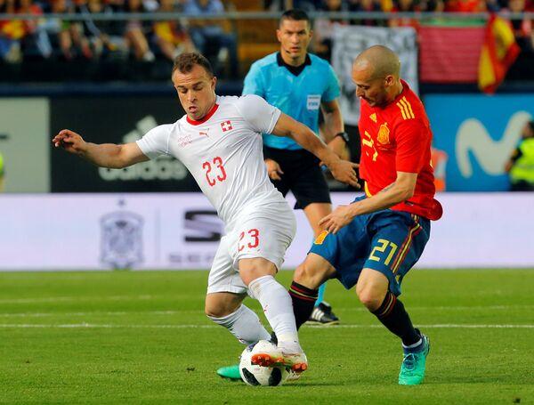Хавбек сборной Швейцарии Джердан Шакири и полузащитник сборной Испании Давид Сильва (слева направо)