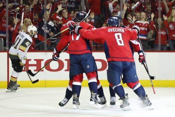 Хоккеисты Вашингтона  радуются заброшенной шайбе
