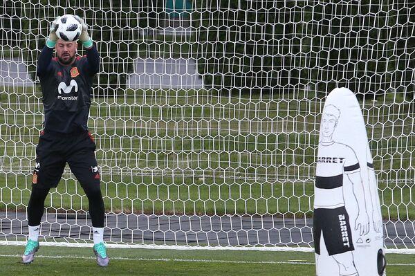 Вратарь сборной Испании Пепе Рейна на тренировке в Краснодаре