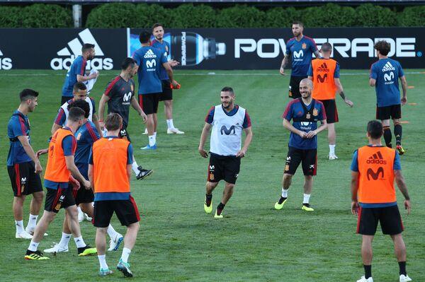 Футболисты сборной Испании во время тренировки в Краснодаре